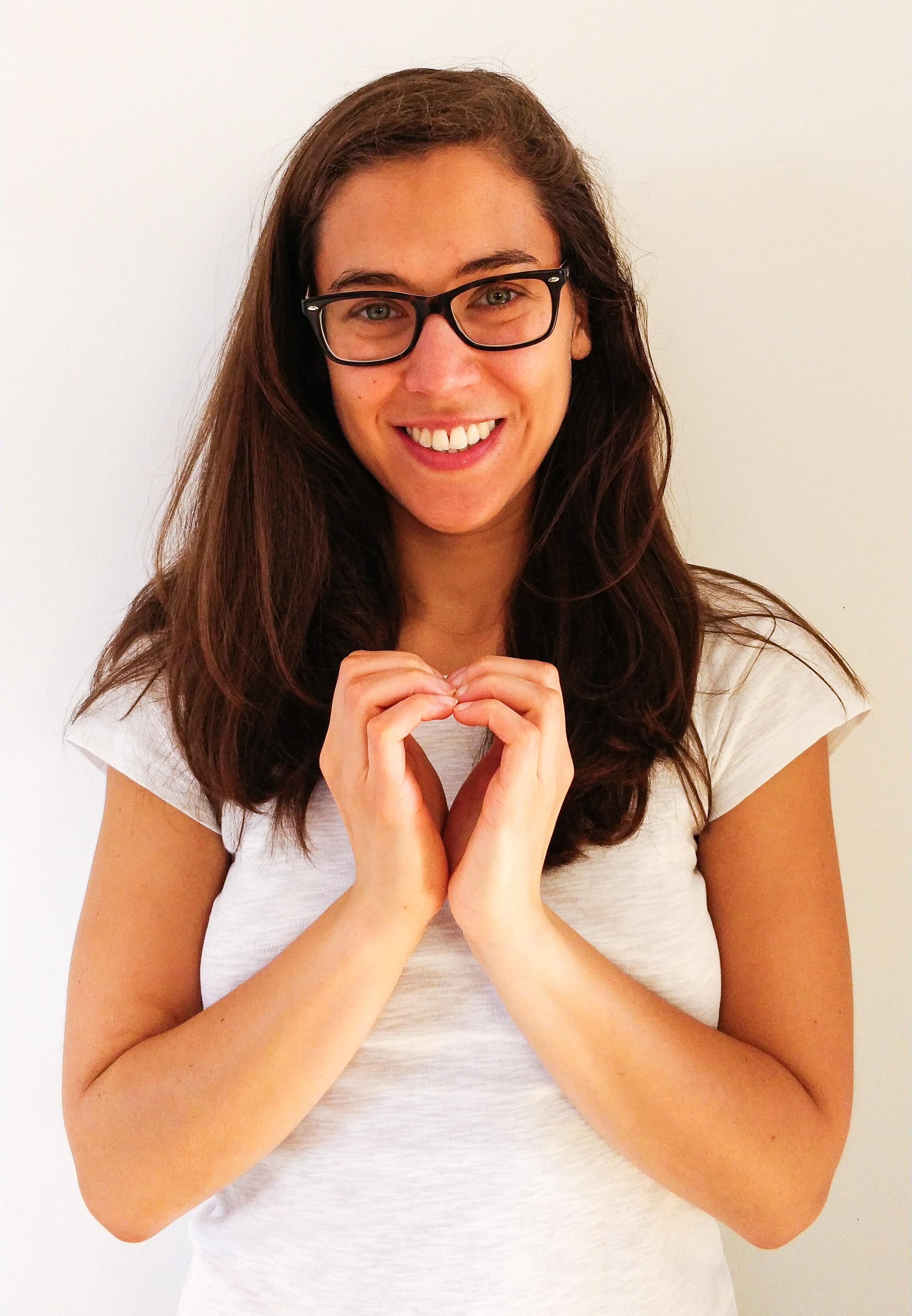 Autorin mit Händen zu Herz geformt