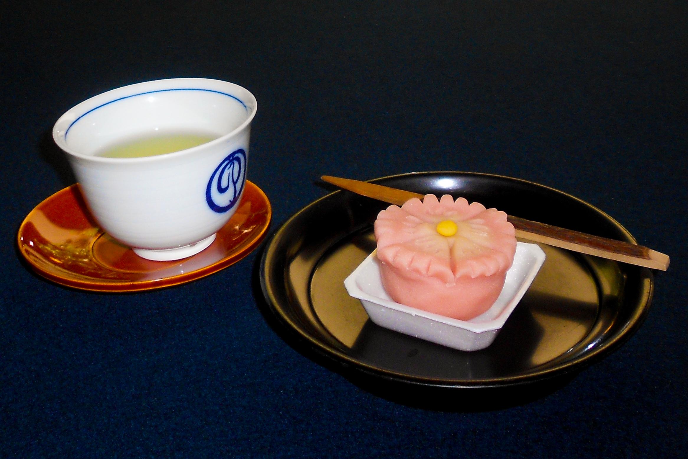 Selbstgemachtes Wagashi mit einer Tasse grünem Tee