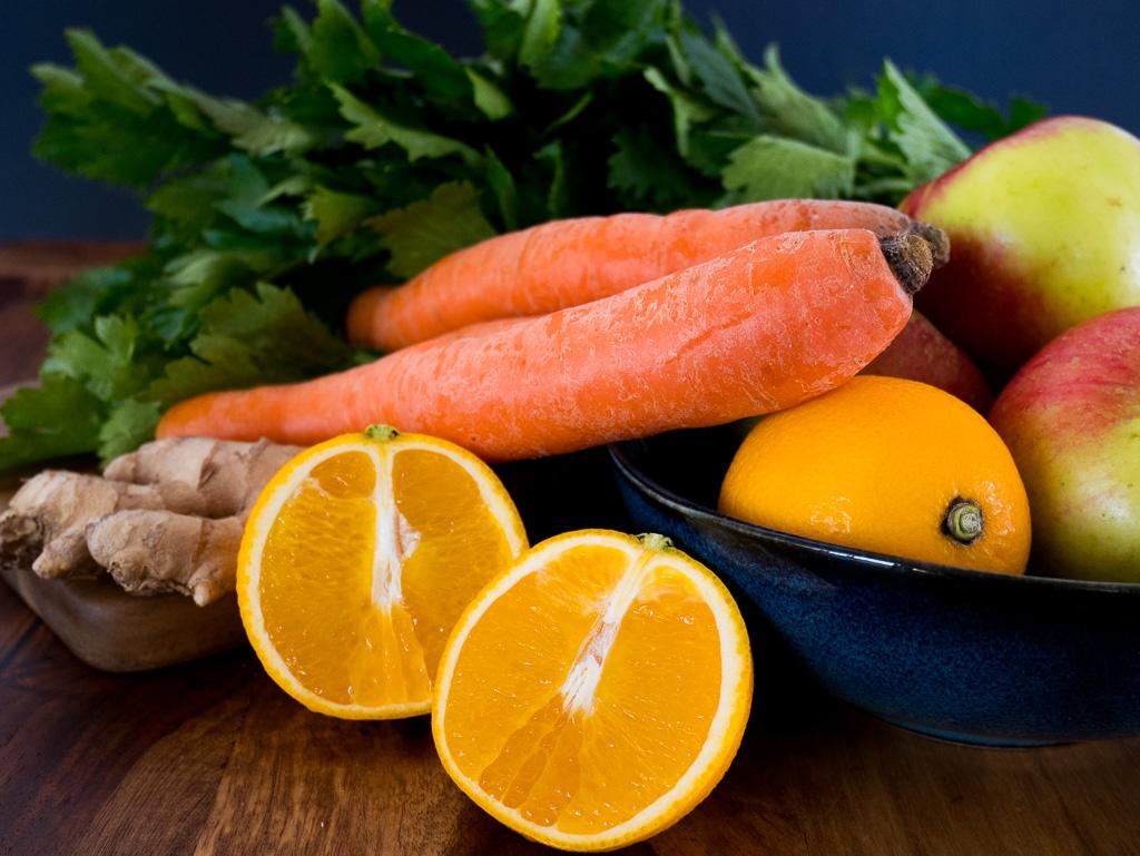 Smoothie Zutaten: Stangensellerie, Karotte, Apfel, Orange Ingwer