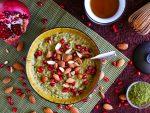 Cremiges Matcha Porridge mit Granatapfelkernen